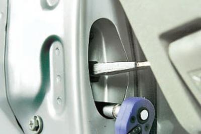 Замена ограничителя открывания передней двери Чери Тигго